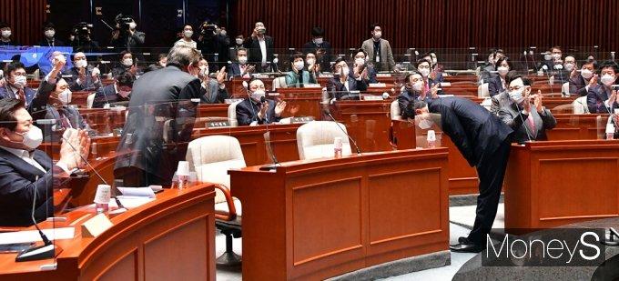 [머니S포토] 오세훈-박형준, 국힘 소속 의원들 힘찬 박수속에...