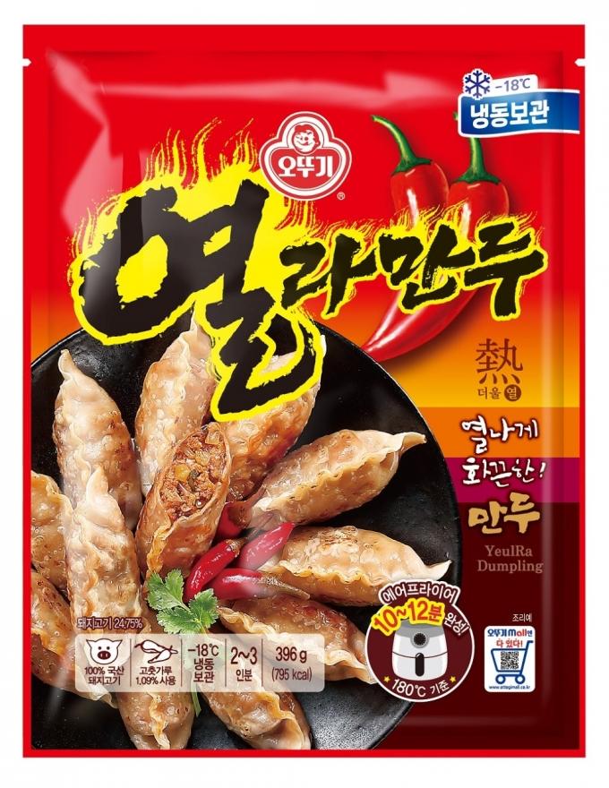 오뚜기는 열라면의 화끈한 맛을 만두로 구현한 '열라만두'를 출시했다. /사진=오뚜기