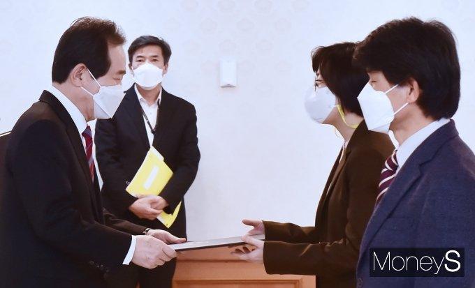 [머니S포토]독도지속가능이용위, 위촉장 전달하는 정세균 총리