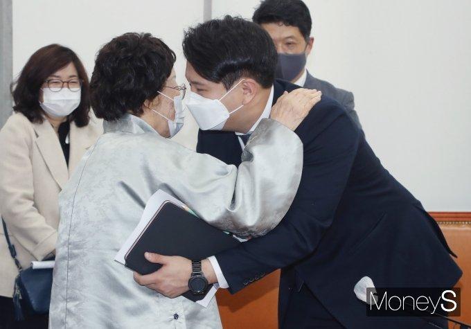 [머니S포토] 전용기 의원과 포옹하는 이용수 할머니