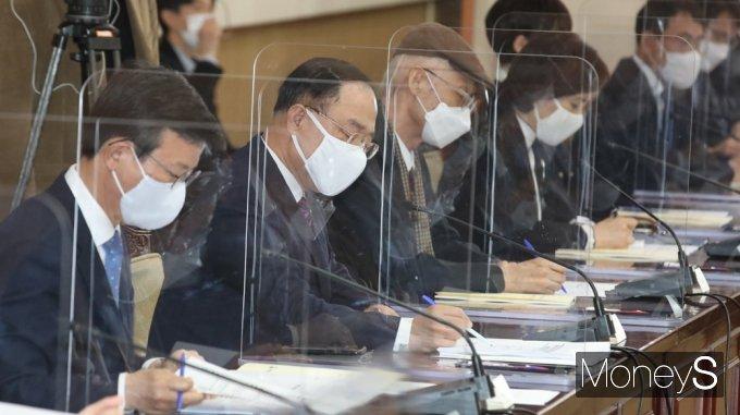 [머니S포토] 독도 관련 총리 발언 경청하는 부처 수장들