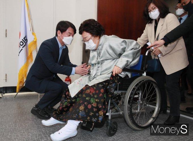 [머니S포토] 이용수 할머니 맞이하는 안철수 대표