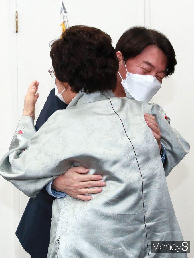 [머니S포토] 안철수 대표와 포옹하는 이용수 할머니