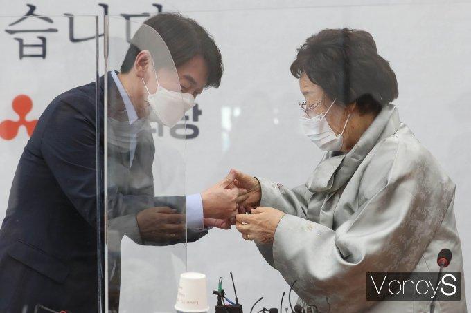[머니S포토] 안철수·이용수 '손가락 걸고 약속'