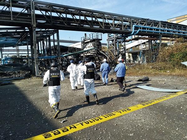 지난 2019년 12월25일 포스코 광양제철소에서 일어난 폭발 사고의 원인을 파악하기 위해 국립과학수사연구원과 경찰, 소방, 고용노동부 조사 요원들이 사고 현장으로 진입하고 있다. /사진=뉴스1