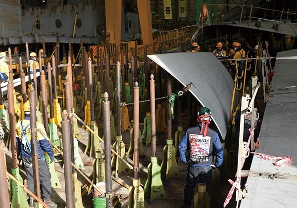 지난 2월5일 울산시 동구 현대중공업에서 40대 근로자가 철판에 머리를 다쳐 사망해 노사 관계자들이 사고 현장을 확인하고 있다. /사진=현대중공업 노조