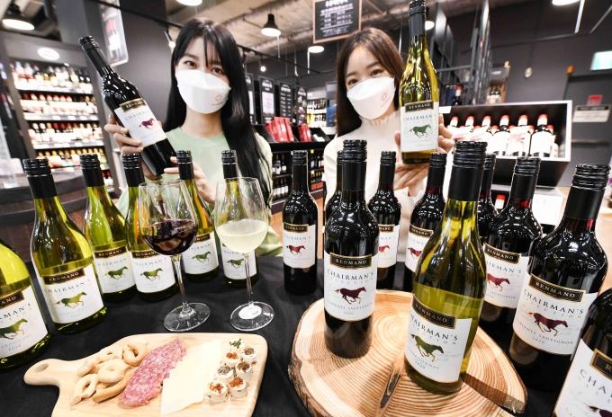 홈플러스가 초저가 와인의 인기를 주도한 무적와인 시리즈 '체어맨 와인' 3종을 재출시한다고 5일 밝혔다. /사진=홈플러스