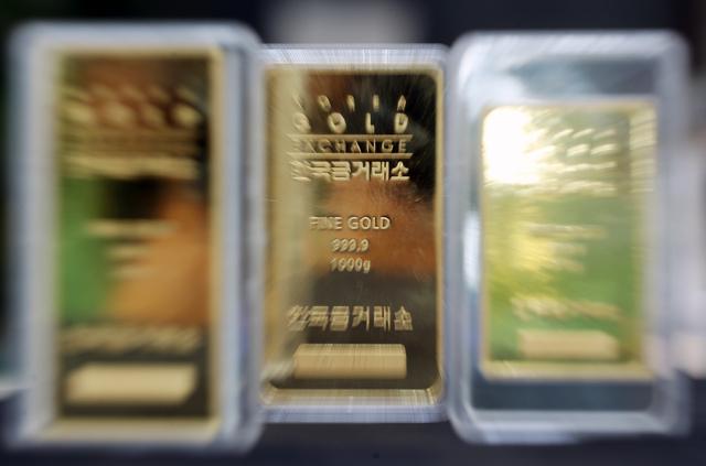 대표적인 안전자산으로 꼽히는 금 가격이 올해 들어 줄곧 내리막길을 걷고 있는 가운데 금과 관련된 펀드나 ETF(상장지수펀드)에 투자하는 이른바 '골드 개미'들의 고심이 깊어지고 있다./사진=뉴시스