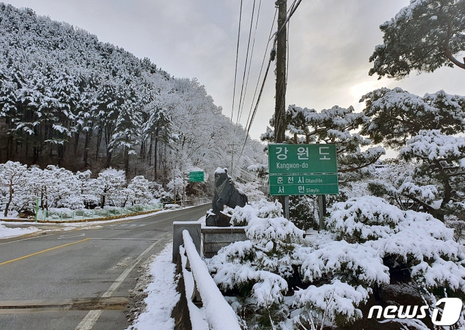강원 영동에 한 차례 눈이 더 내릴 전망이다. 사진은 지난 2일 많은 눈이 내린 강원도 춘천시의 한 도로. /사진=뉴스1