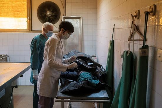 세르비아 베오그라드 의과대학에서 코로나 바이러스 검사를 진행하고 있다./사진=로이터