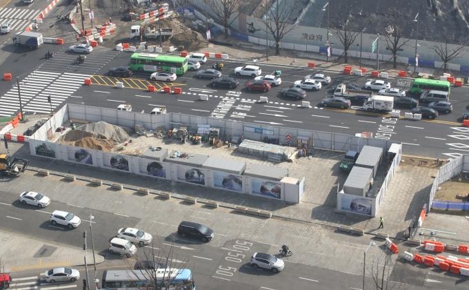 오늘(6일)부터 광화문 광장 서쪽 도로가 폐쇄되고 동쪽 도로에서 양방향 통행이 실시된다. 전체 도로는 10차로에서 7~9차로로 줄어든다. 사진은 광화문광장이 재구조화되고 있는 모습. /사진=뉴스1