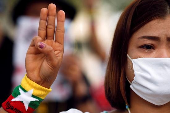 미얀마 군부 쿠데타 시위 선봉에 여성들이 서 있다. 사진은 지난 4일 태국 방콕의 유엔 건물 앞에서 열린 쿠데타 시위 희생자 추모식에서 한 여성이 세 손가락 경례를 하고 있는 모습. /사진=로이터