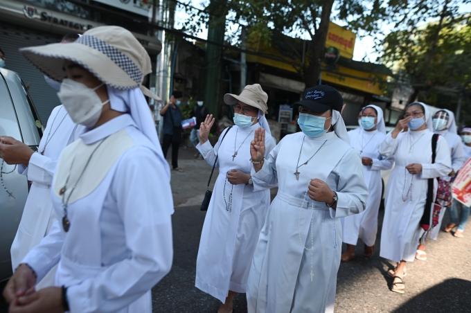반(反)군부 쿠데타 시위에는 무슬림 학생, 가톨릭 수녀, 불교 승려 등 수많은 젊은 여성들이 참여하고 있다. 사진은 지난달 11일 미얀마 양곤에서 열린 시위에 수녀들이 참여하고 있는 모습. /사진=로이터