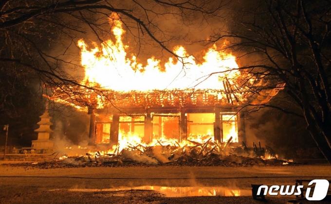 5일 오후 6시 50분께 전북 정읍시 내장사 안쪽에 자리잡은 대웅전에서 방화로 추정되는 화재가 발생해 불길이 치솟고 있다. (전북소방본부 제공) 2021.3.5/뉴스1 © News1 유경석 기자