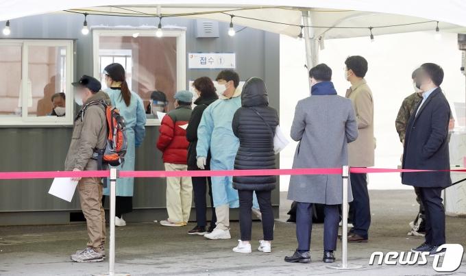 5일 서울역 광장에 마련된 신종 코로나바이러스 감염증(코로나19) 임시 선별검사소에서 시민들이 검사를 기다리고 있다./뉴스1 © News1 김진환 기자