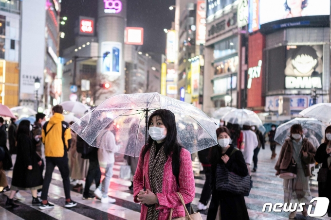 마스크를 쓴 행인들이 도쿄의 한 횡단보도를 건너고 있다. © AFP=뉴스1