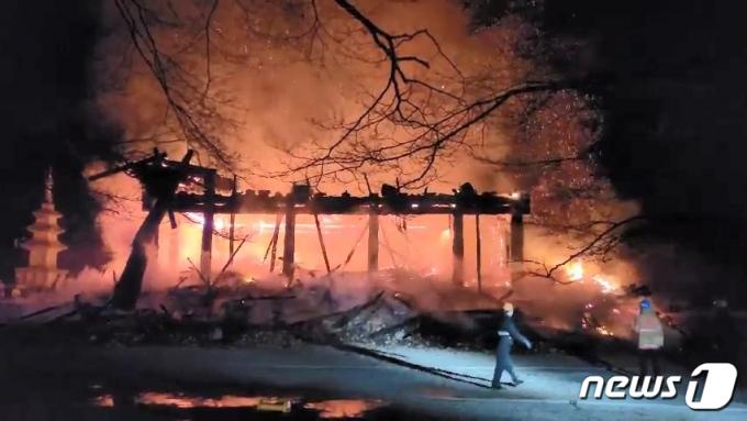 5일 오후 6시 50분께 전북 정읍시 내장사 안쪽에 자리잡은 대웅전에서 방화로 추정되는 화재가 발생해 불길이 치솟고 있다. (전북소방본부 제공) 2021.3.5/뉴스1