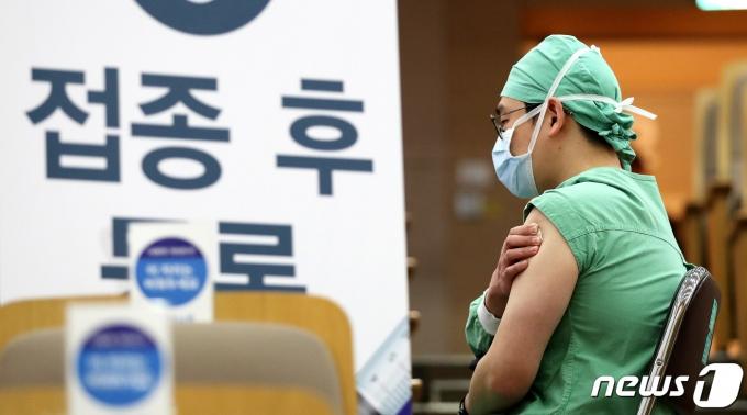 의료진 대상 신종 코로나 바이러스 감염증(코로나19) 백신 자체 접종이 실시된 가운데 5일 서울 종로구 서울대병원에서 의료진이 코로나19 백신 접종 후 이상반응을 살피고 있다./뉴스1 © News1 박지혜 기자