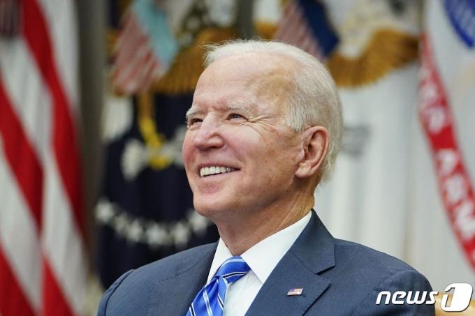 조 바이든 미국 대통령이 4일(현지시간) 워싱턴 백악관에서 NASA JPL 퍼서비어런스 팀과 탐사선의 화성 착륙 성공을 축하하는 화상 전화를 하고 있다. © AFP=뉴스1 © News1 우동명 기자