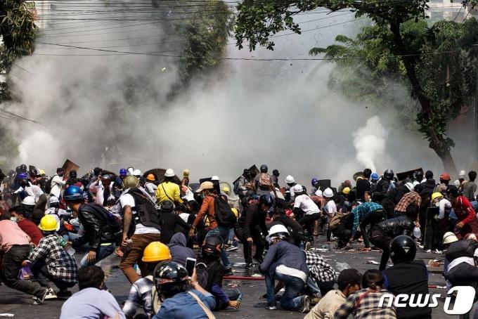 지난 3일(현지시간) 군부 쿠데타에 반대하는 시위대를 상대로 미얀마 경찰이 최루탄을 발사했다.© AFP=뉴스1