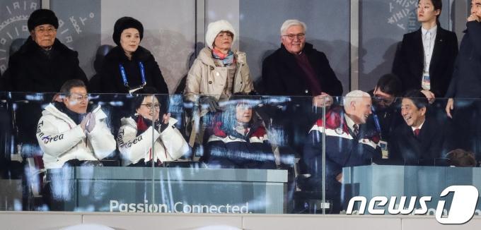 아베 신조 일본 총리(오른쪽 아래)와 마이크 펜스 미국 부통령이2018년 2월 9일 강원도 평창올림픽스타디움에서 열린 2018 평창동계올림픽 개막식에서 밝은 표정으로 대화하고 있다. 2018.2.9/뉴스1 © News1 유승관 기자