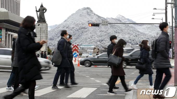 서울 세종대로 광화문사거리에서 출근길 시민들이 발걸음을 재촉하고 있다. 2021.3.2/뉴스1 © News1 김진환 기자