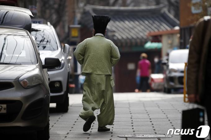 서울 종로구 탑골공원 인근에서 한 어르신이 발걸음을 옮기고 있다. 2021.3.3/뉴스1 © News1 이승배 기자