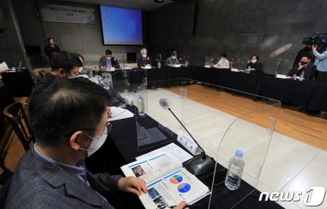거리두기 개편안, 현 수준 적용하니… 수도권 8명까지 모임 가능