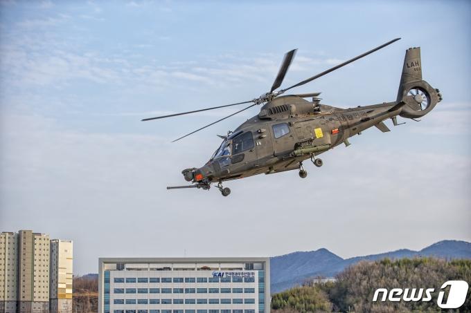 경남 사천 한국항공우주산업(KAI) 사천공장에서 한국형 소형무장헬기(LAH)가 시험비행을 하고 있다.(방위사업청 제공) 2021.3.1/뉴스1