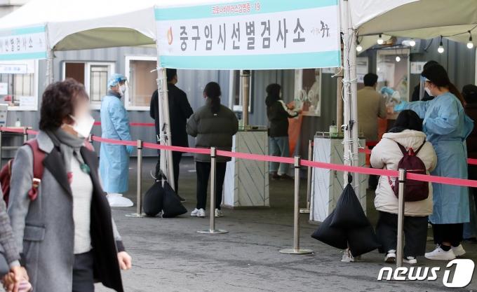5일 서울역 광장에 마련된 신종 코로나바이러스 감염증(코로나19) 임시선별검사소에서 시민들이 검사를 기다리고 있다. 2021.3.5/뉴스1 © News1 김진환 기자