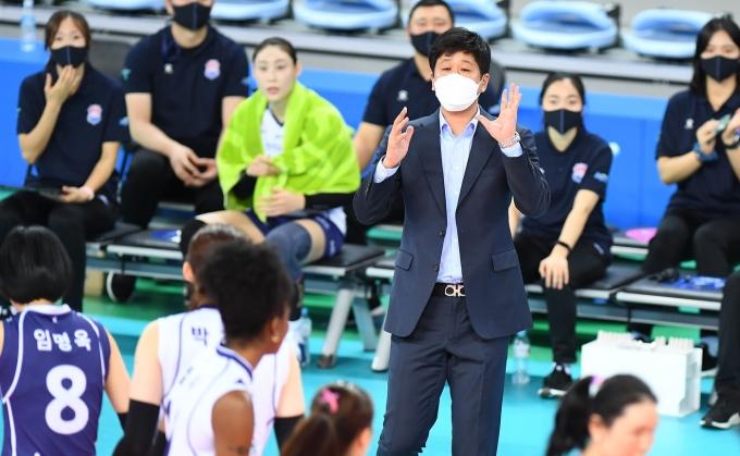 김종민 한국도로공사 감독이 13일 흥국생명과의 경기에서 선수들에게 지시를 내리고 있다.(KOVO 제공) © 뉴스1