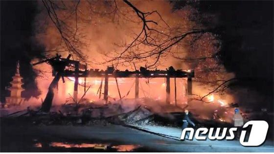 5일 오후 6시 50분께 전북 정읍시 내장사 안쪽에 자리잡은 대웅전에서 방화로 추정되는 화재가 발생해 불길이 치솟고 있다./사진=뉴스1