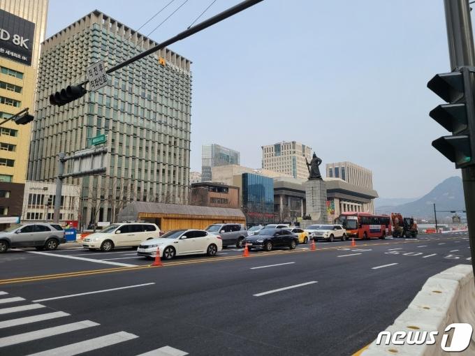 양방향통행이 시작된 6일 오전 광화문광장 우측도로의 모습. 통행량이 많지 않다.© 뉴스1 허고운 기자