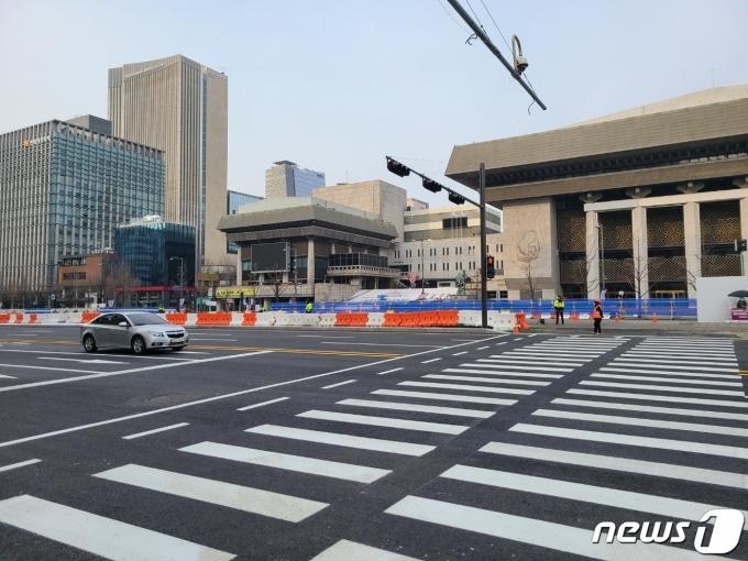 동측도로 양방향통행이 시작된 6일 오전 서울 광화문광장 일대의 모습.© 뉴스1 허고운 기자