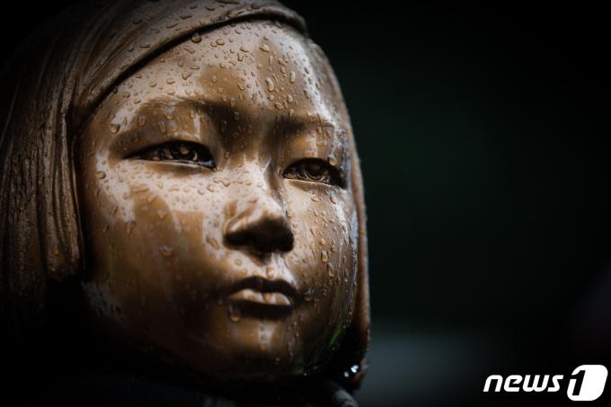 3·1운동 102주년을 맞은 지난 1일 서울 종로구 구 일본대사관 앞 소녀상에 빗물이 맺혀있는 모습. /사진=뉴스1