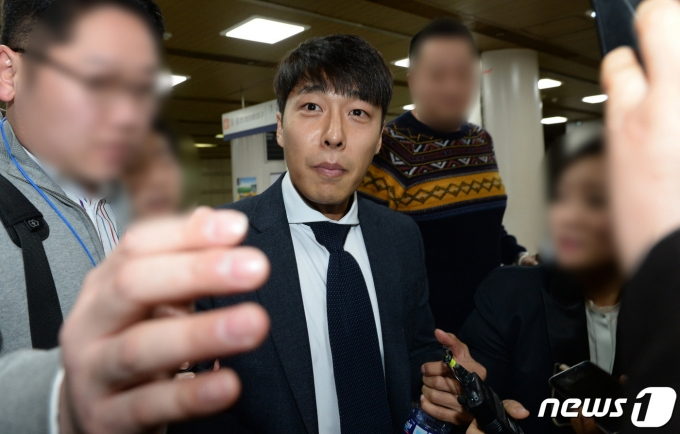 2017년 김동성씨가 '영재센터 지원 의혹' 관련 직권남용권리행사 방해 공판에 증인 자격으로 출석한 뒤 취재진 질문을 받는 모습. /사진=뉴스1