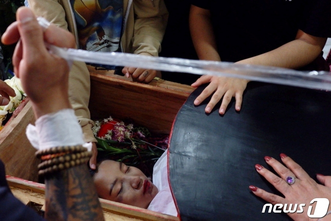 미얀마 만달레이에서 군부에 항의 시위를 하던 중 군경의 총탄을 맞고 숨진 19세 '태권소녀' 키얄 신의 장례가 2021년 3월 4일 진행되는 모습. © 로이터=뉴스1 © News1 최서윤 기자