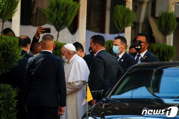 프란치스코 교황이 2021년 3월 6일 이라크 나자프에 도착해 아야톨라 알리 알시스타니 시아파 최고성직자를 만나러 가는 모습. © 로이터=뉴스1 © News1 최서윤 기자