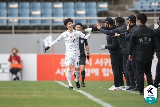 전북 현대 이승기가 6일 제주 유나이티드와의 경기서 골을 터트린 뒤 기뻐하고 있다. (한국프로축구연맹 제공) © 뉴스1