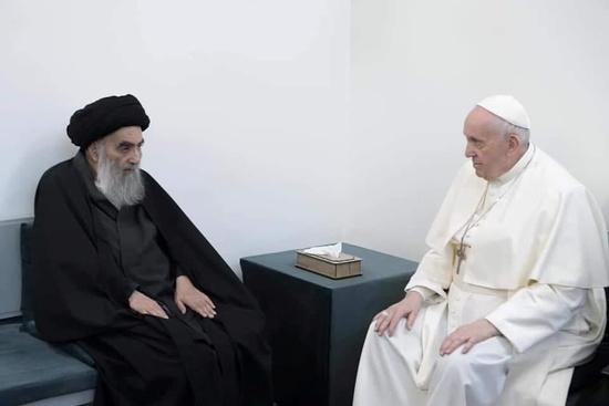 이라크를 방문한 프란치스코 교황(오른쪽)이 아야톨라 알리 알시스타니 시아파 최고 성직자와 역사상 첫 회동을 가졌다. /사진=로이터
