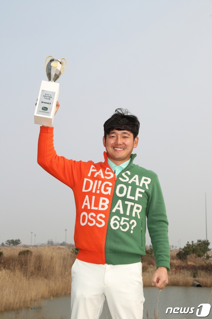[사진] 우승컵 들고 환한 미소 짓는 장용