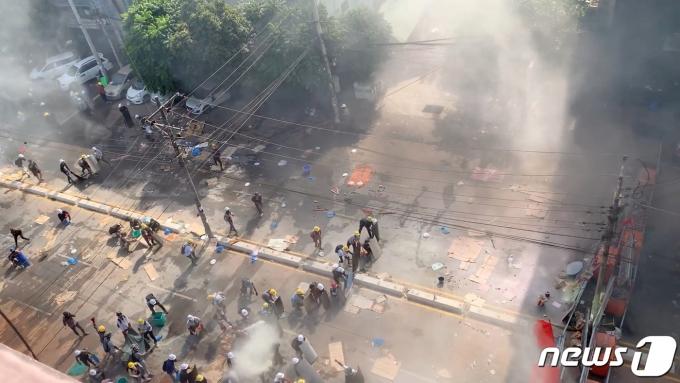 미얀마 최대 도시 양곤에서 2021년 3월 4일 군부 퇴진을 요구하는 시위대와 이를 진압하는 군·경이 뒤얽힌 가운데 최루탄 연기가 자욱한 모습. © 로이터=뉴스1 © News1 최서윤 기자