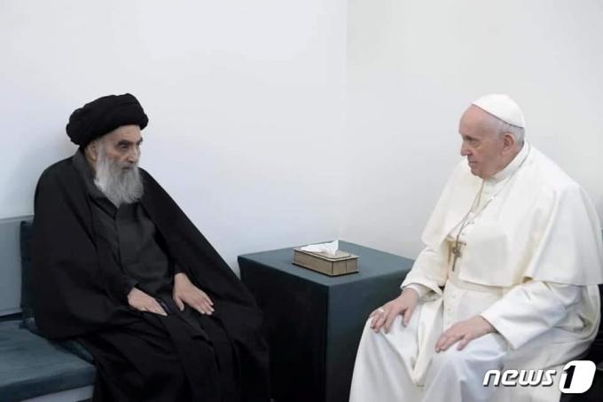프란치스코 교황이 2021년 3월 6일 이라크 나자프의 아야톨라 알리 알시스타니 시아파 최고성직자 집을 방문해 대화하는 모습. © 로이터=뉴스1 © News1 최서윤 기자