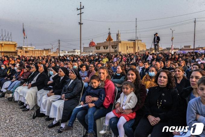 2021년 3월 5일(현지시간) 가톨릭 2000년 역사상 처음으로 이라크를 찾은 프란치스코 교황의 방문에 앞서 모술 북쪽 카라코쉬의 광장서 축하행사에 시민들이 참석을 하고 있다. © AFP=뉴스1 © News1 우동명 기자