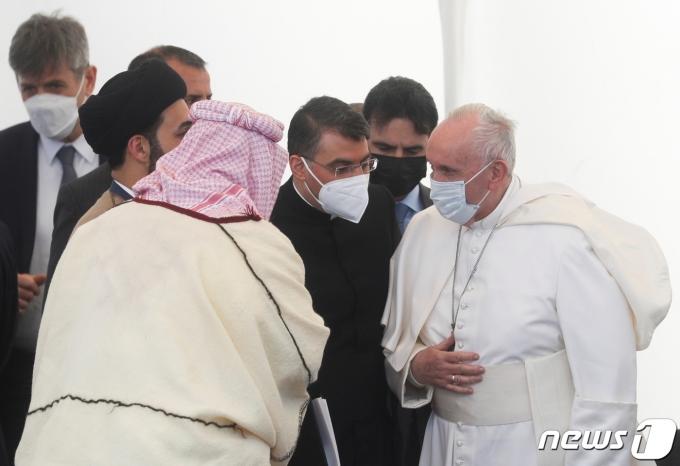 프란치스코 교황이 2021년 3월 6일 아이라크 나시리야 우르 근교의 고대 고고학 유적지인 우르에 도착해 종교 간 기도를 하고 있다. © 로이터=뉴스1 © News1 최서윤 기자