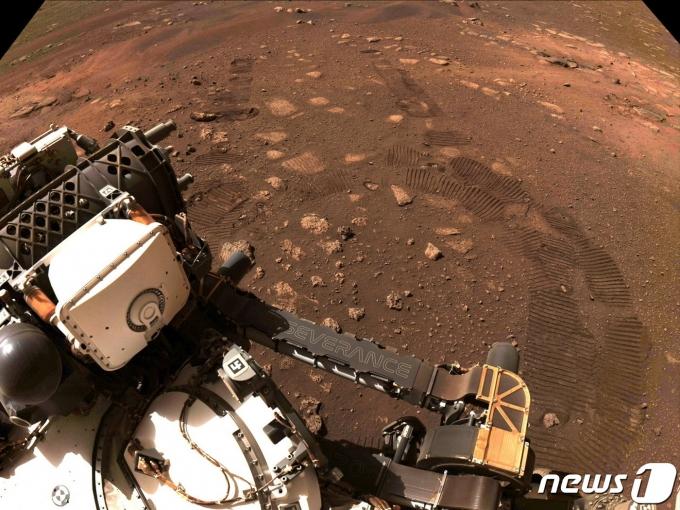 미국 항공우주국(NASA)의 화성 탐사선 퍼서비어런스 로버가 2021년 3월 4일 화성 표면에서 첫 시험 주행에 성공한 가운데, 예제로 크레이터 표면에 바퀴 자국이 남아 있는 모습. © 로이터=뉴스1 © News1 최서윤 기자