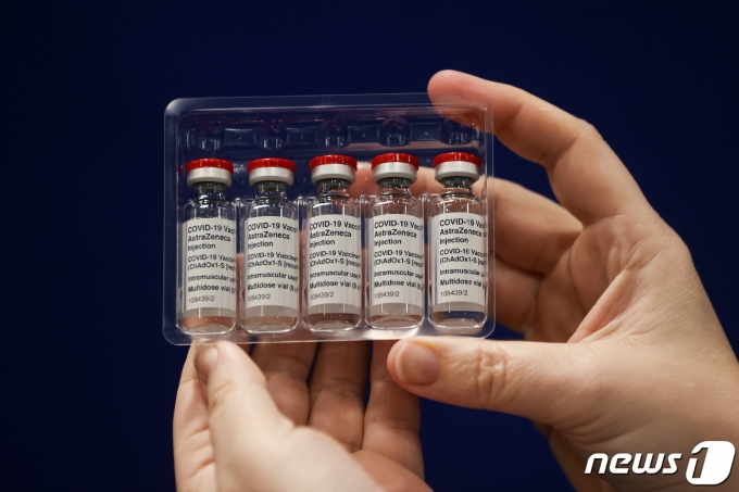 30일(현지시간) 영국 뉴캐슬어폰타인에 있는 백신센터에서 의료진이 아스트라제네카가 개발한 신종 코로나바이러스감염증(코로나19) 백신을 들어 보이고 있다. © 로이터=뉴스1