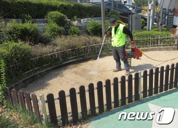 모래놀이터 소독(성동구 제공)© 뉴스1