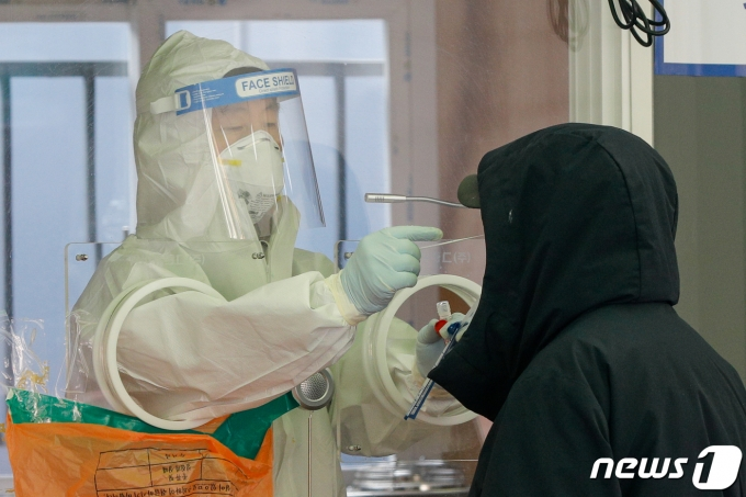 7일 오전 중구 서울역 광장에 마련된 신종 코로나 바이러스 감염증(코로나19) 임시선별검사소에서 의료진이 검체채취를 하고 있다. 2021.3.7/뉴스1 © News1 안은나 기자