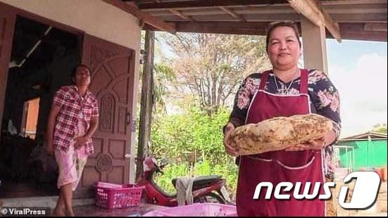 지난달 23일에 태국 나콘시탐마랏주에 사는 주부 시리포른 니암린(49)도 3억원대 용연향을 주웠다© 뉴스1